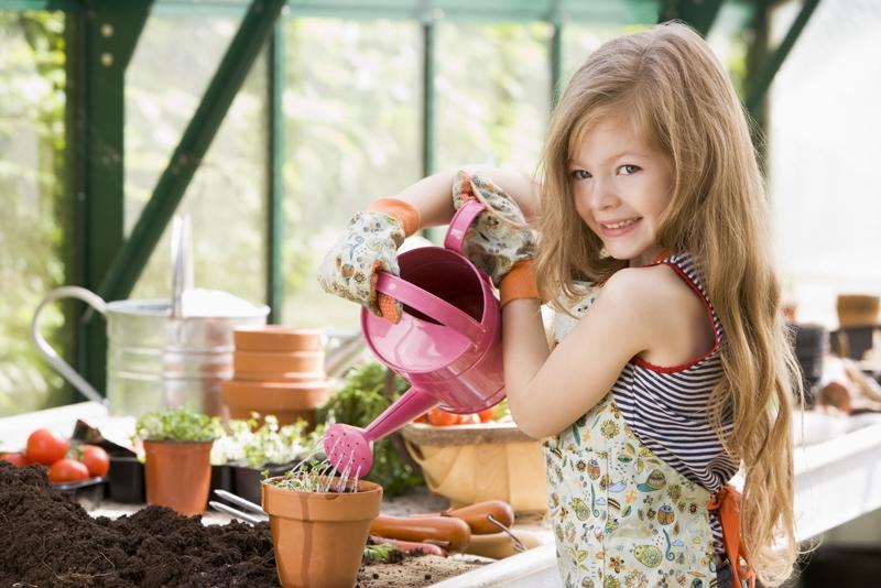 gyerek segít a ház körül